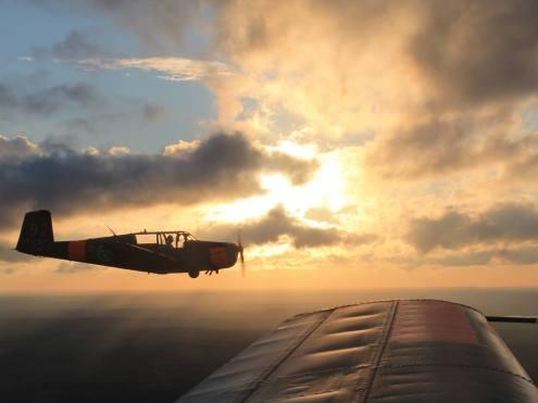 Roteflygning i solnedgången med SE-LAZ och SE-KUB på väg hem till Linköping från Eksjö och Fritz von Flaxen Fly-In 2013. Foto: Per Wernholm.
